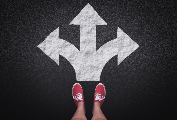 Pessoa na encruzilhada - Conceito de decisões e escolhas pessoa